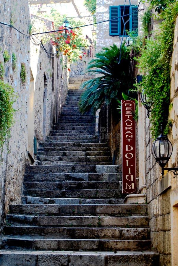För trappuppgångsida för gammal sten brant gata royaltyfri bild