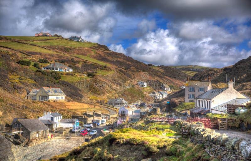 By för Trebarwith trådCornwall England UK kust i färgglade HDR arkivbilder