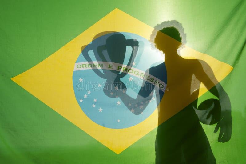 För troféfotboll för man hållande Brasilien för skugga flagga arkivbilder