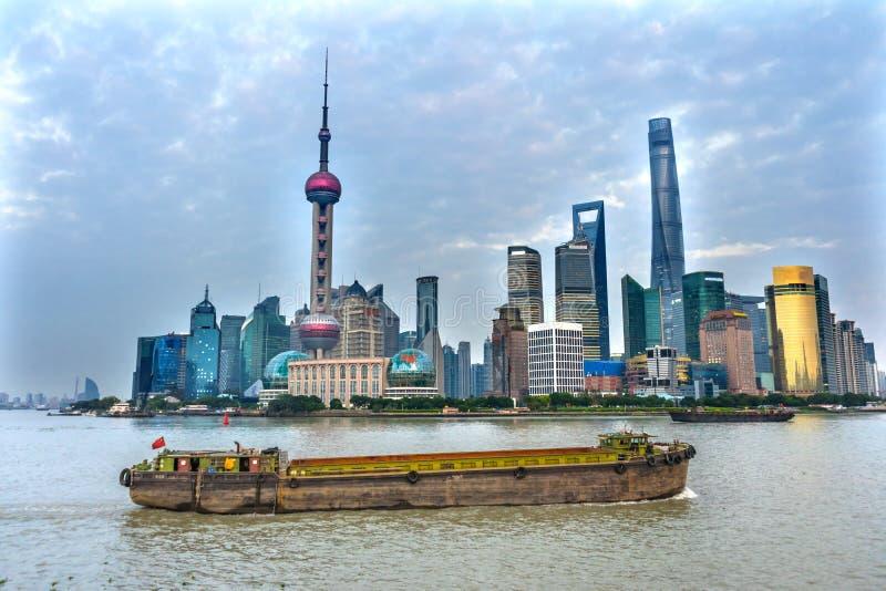 För TVtorn för österlänning pärlemorfärg Pudong Bund Huangpu River Shanghai Kina royaltyfri fotografi