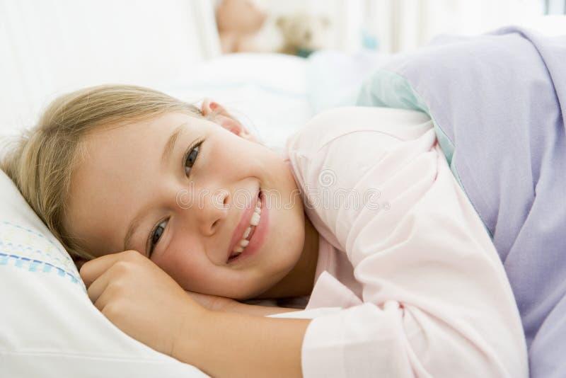 för underlag flicka ner henne liggande barn royaltyfri fotografi