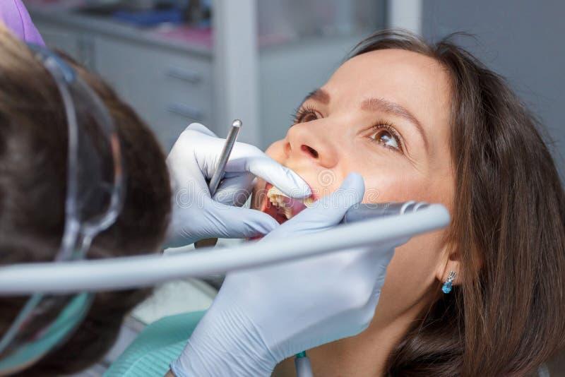 För undersökning som tänder för muntligt hål eller behandlingbesöker det tand- kontoret, suddig bakgrund arkivbild