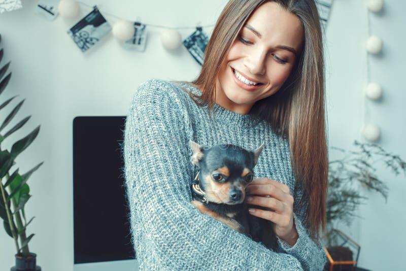 För ung kvinna för freelancer närbild för terrier för leksak för tillfällig stil för begrepp för inrikesdepartementet inomhus royaltyfria foton
