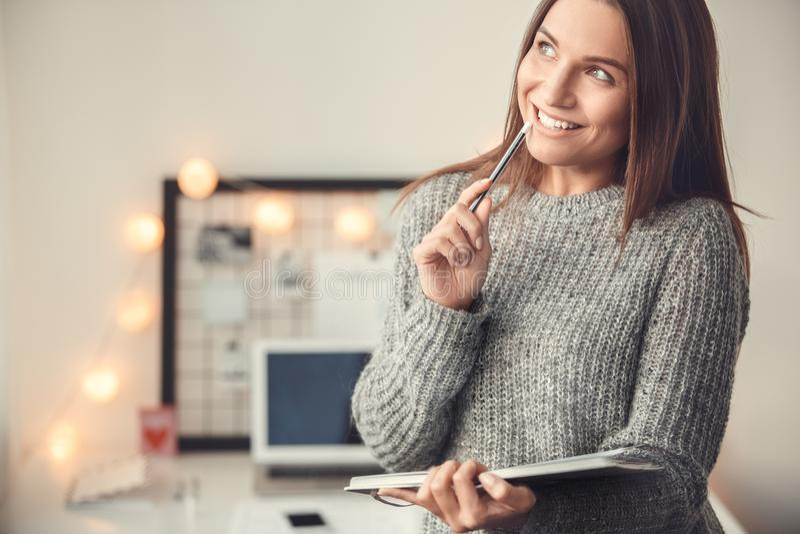 För ung kvinna för freelancer planläggning för bakgrund för atmosfär för vinter för begrepp för inrikesdepartementet inomhus sudd arkivfoto