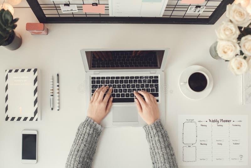 För ung kvinna för freelancer sikt för arbetsplats för atmosfär för vinter för begrepp för inrikesdepartementet inomhus bästa royaltyfria foton