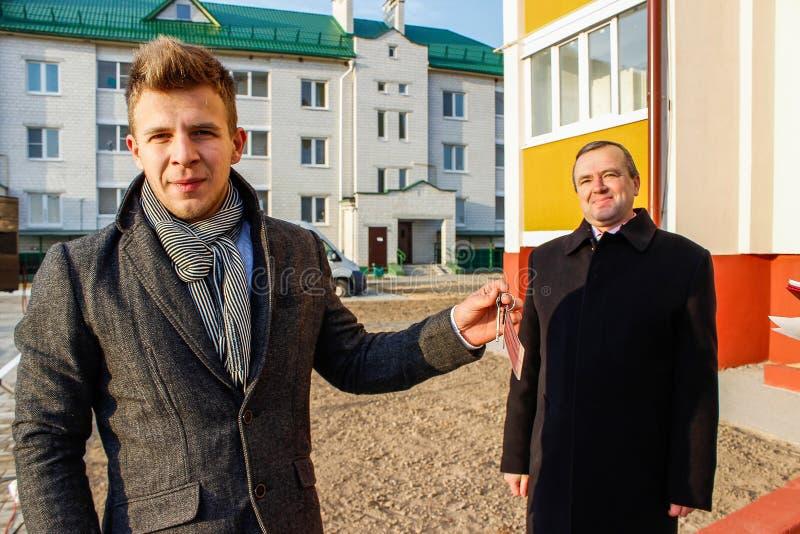 För unga professionell för lägenheter i nybygge i den Gomel regionen av Vitryssland royaltyfri foto