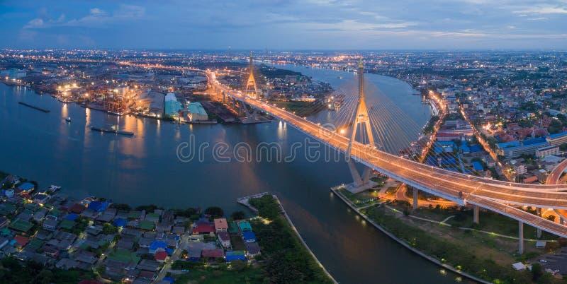 För upphängningbro för flyg- sikt för Bangkok flod stad royaltyfria bilder