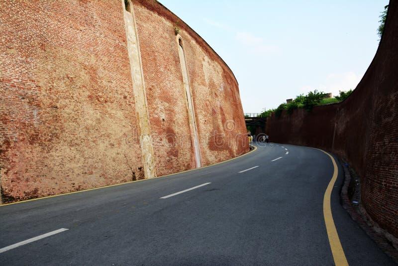 För väg Lahore in - mellan jätte- väggar – fort royaltyfria bilder