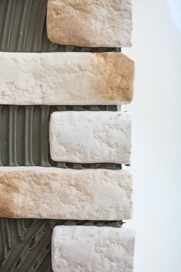För väggclinker för renovering hemmastatt lim för tegelplatta royaltyfri fotografi