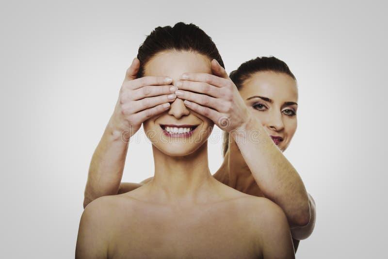 För vän` s för kvinna täckande ögon royaltyfri bild