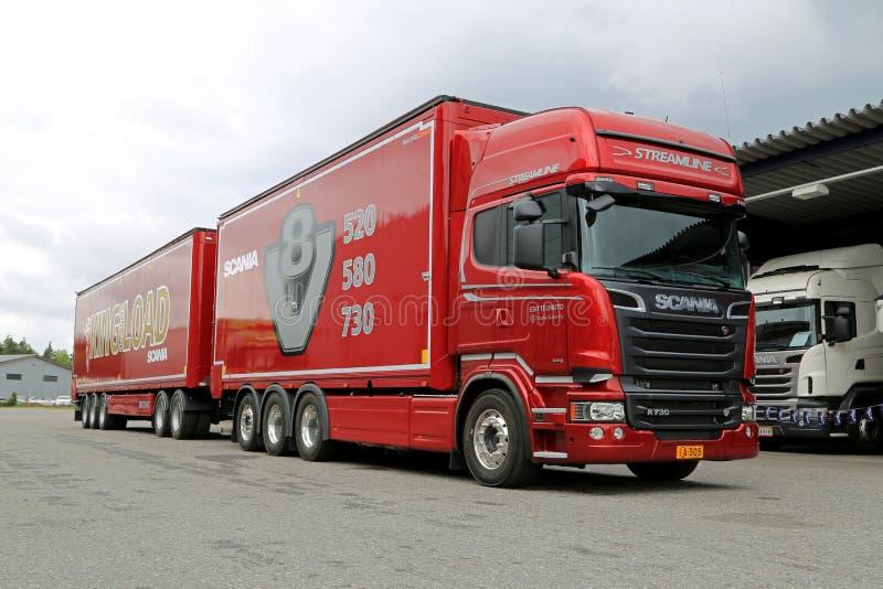 För V8 för Skåne R730 euro 6 lastbil Woodchip royaltyfri fotografi
