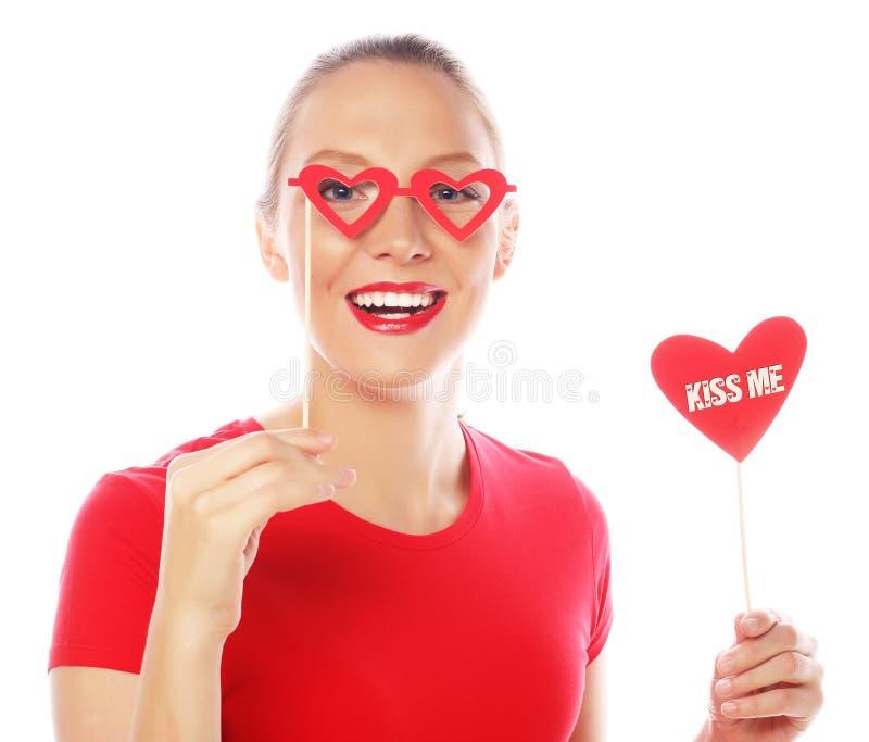 För valentindag för kvinna hållande hjärta arkivfoto