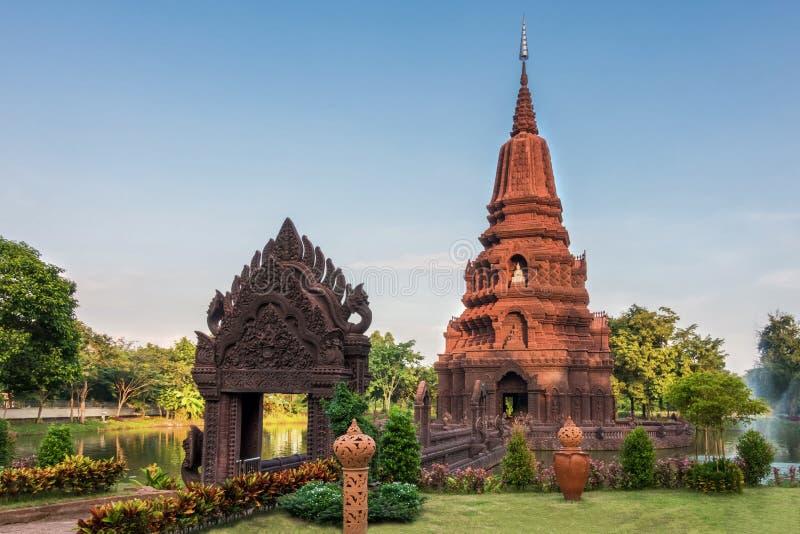 För vattenHuay Kaew för pagod mellersta pagod för gränsmärke tempel i Lopburi, royaltyfria bilder