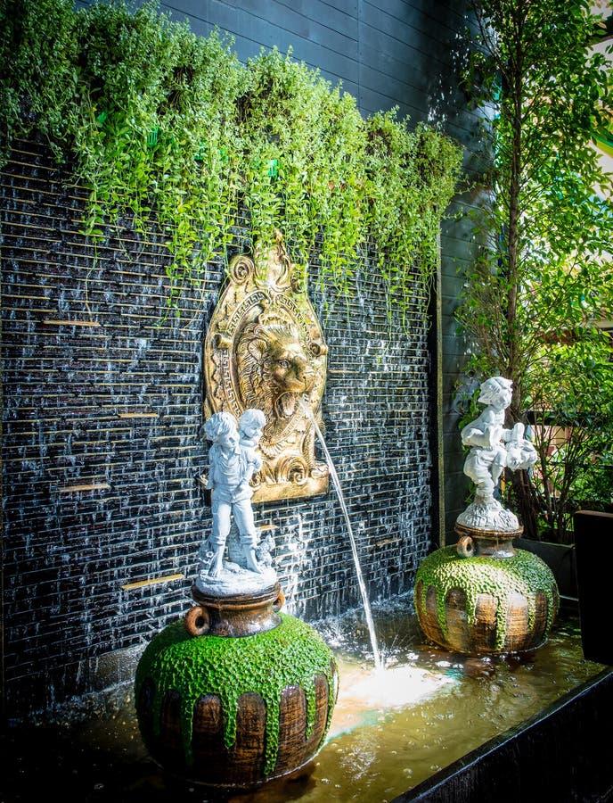 För vattenspringbrunn för lejon head inomhus garnering för vägg royaltyfri bild