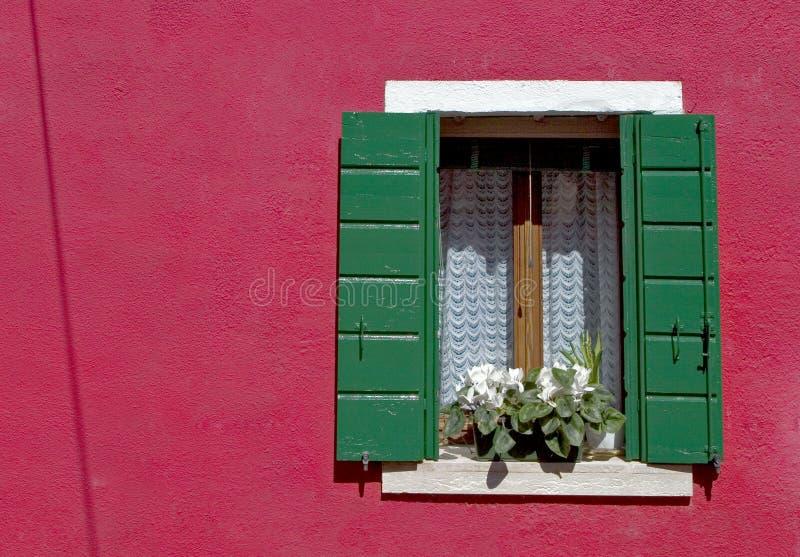 för venice för burano färgrikt fönster vägg royaltyfri bild