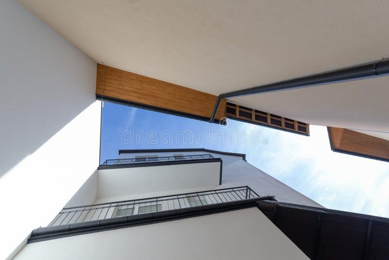 För vinkelarkitektur för modern design bred bakgrund Väggar för nytt hus med avloppsrännor och balkongen arkivfoton