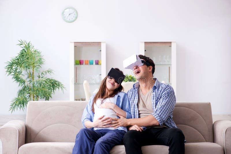 För virtuell verklighetexponeringsglas för unga par den försökande skyddsglasögon royaltyfria foton