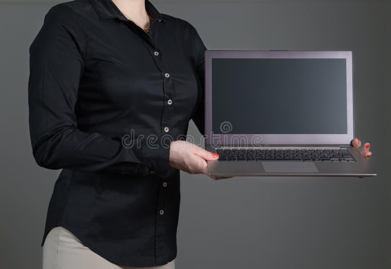 För visningbärbar dator för ung kvinna eller servitrisskärm arkivbild