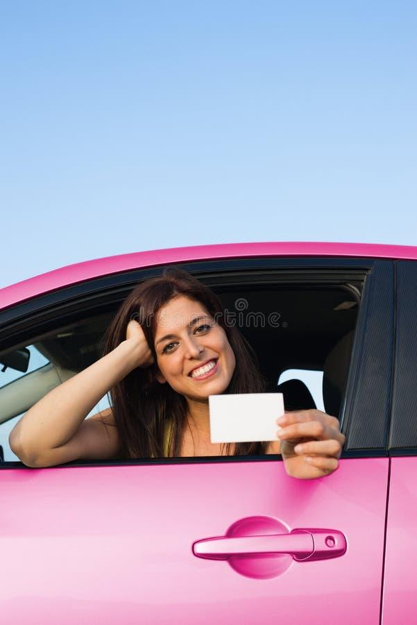 För visningkörning för lyckad kvinnlig chaufför hållande licens royaltyfri bild