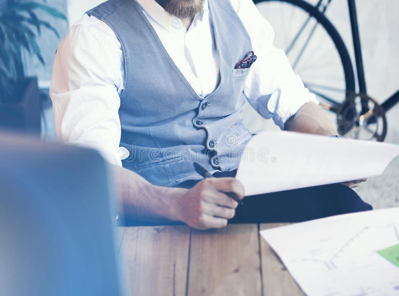 För Wearing Glasses White för affärsman för Closeupbarn som skäggig Waistcoat skjorta arbetar modern kontorsstart Stilfullt idéri royaltyfri bild