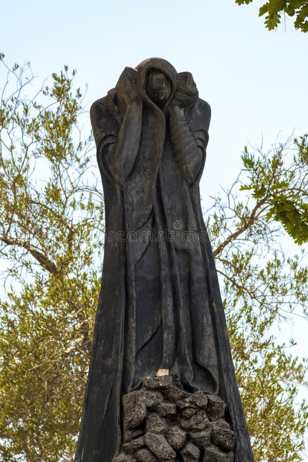 För Yad-Vashem för Jerusalem Israel 14th September 2017 förintelsemuseum trädgård skulptur Denna bild kallas `-Tyst-skriet ` och  arkivbilder