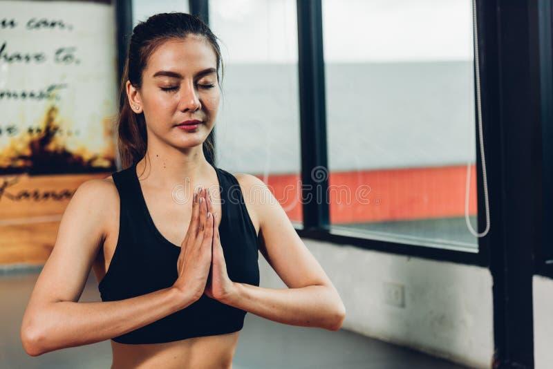 För yogalönelyft för härlig kvinna sittande hand för övningsgenomkörare arkivbilder