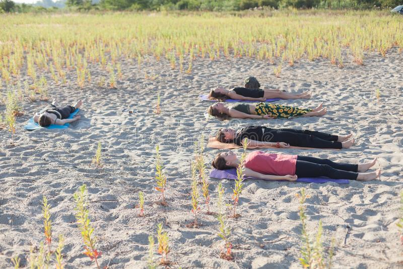 för yogameditation för grupp utomhus- grupp fotografering för bildbyråer