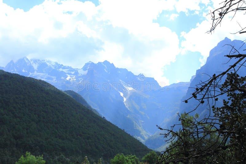 för yunnan för snö för shangri för berg för drakejadela bakgrund för natur för himmel maximum mer Jade Dragon Snow Mountain royaltyfri fotografi