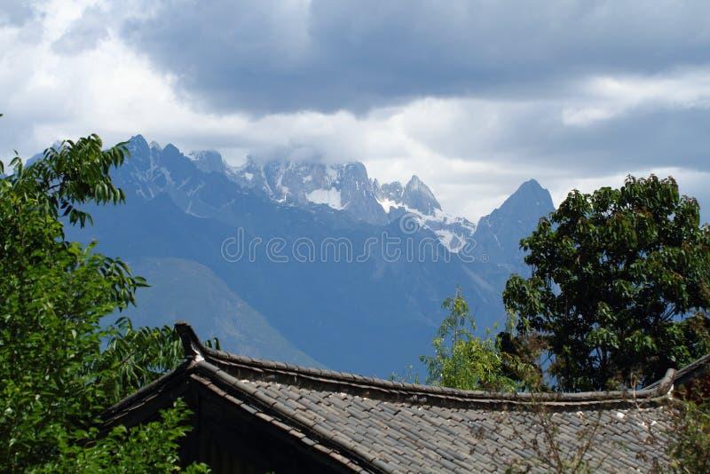 för yunnan för snö för shangri för berg för drakejadela bakgrund för natur för himmel maximum mer Jade Dragon Snow Mountain arkivfoto