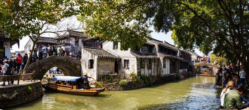 För Zhouzhuang för Maj 2017 - Zhouzhuang, Kina - toruistsfolkmassa by vatten nära Shanghai royaltyfri bild