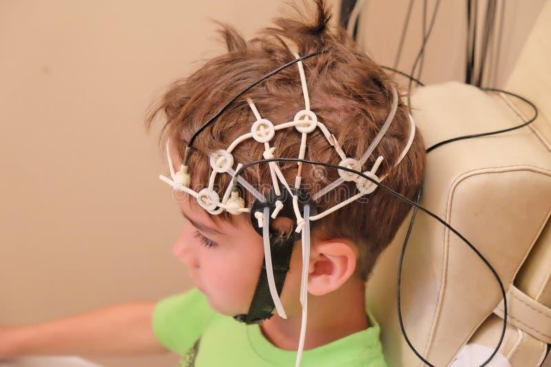 Föra EEG för ett barn arkivfoto