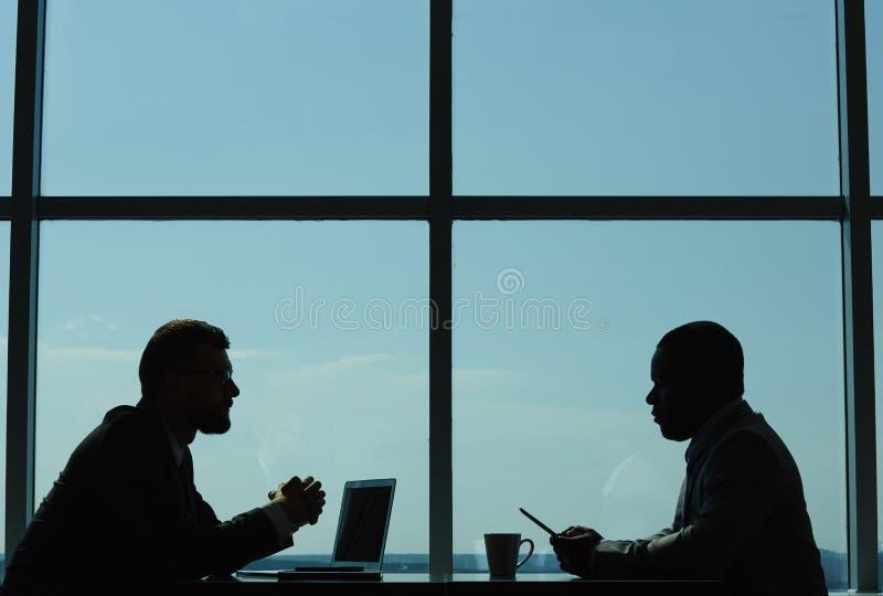 Föra förhandlingar i modern styrelse royaltyfri bild