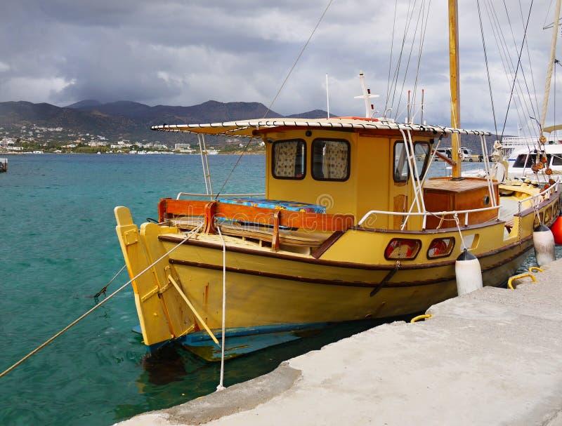 Förankrad fiskebåt, medelhavport arkivbilder
