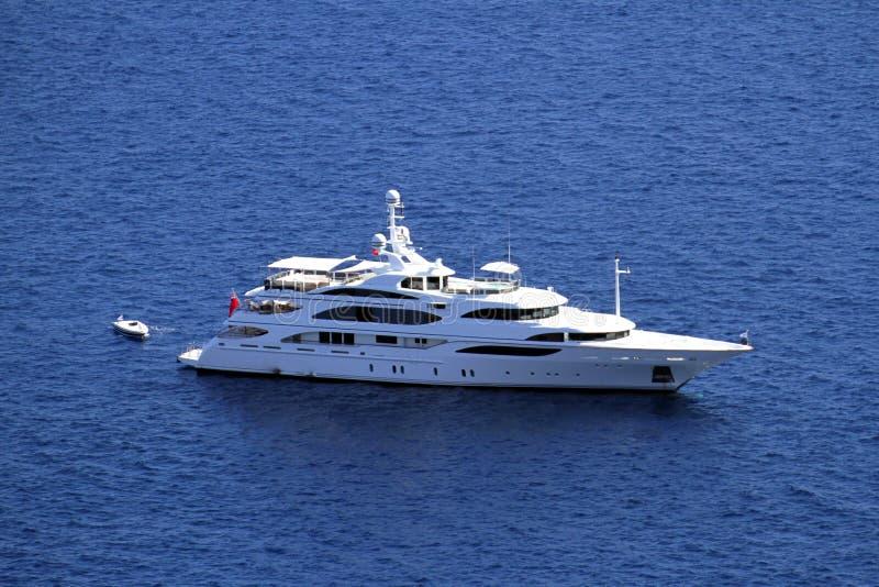 Förankrad privat yacht arkivfoton