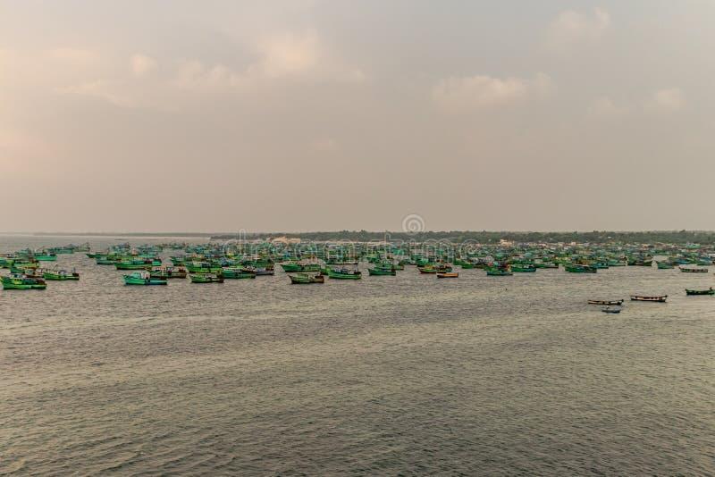 Förankrade fiskebåtar i havet arkivbild