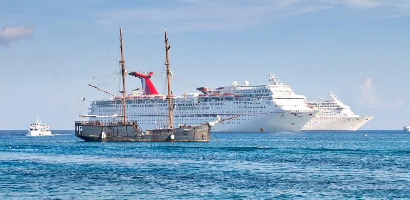 förankrade ships för caymankryssningtusen dollar arkivfoto