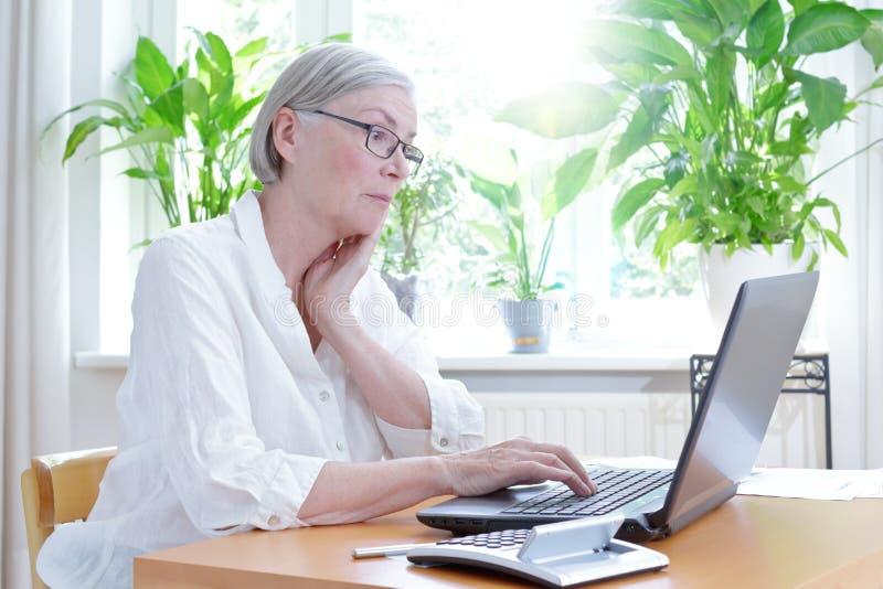 Förargad hög kvinnabärbar datorräknemaskin royaltyfri fotografi