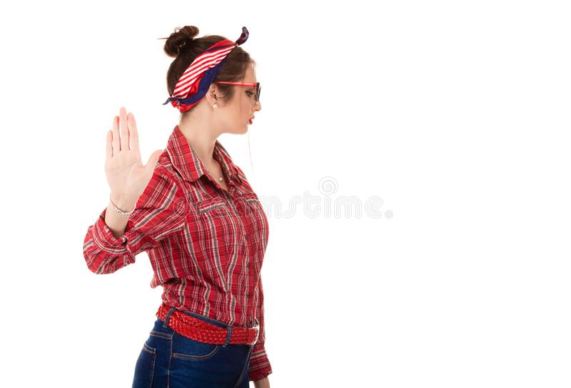 Förargad ilsken kvinna som ger samtal till handgesten med för att gömma i handflatan yttre royaltyfri bild