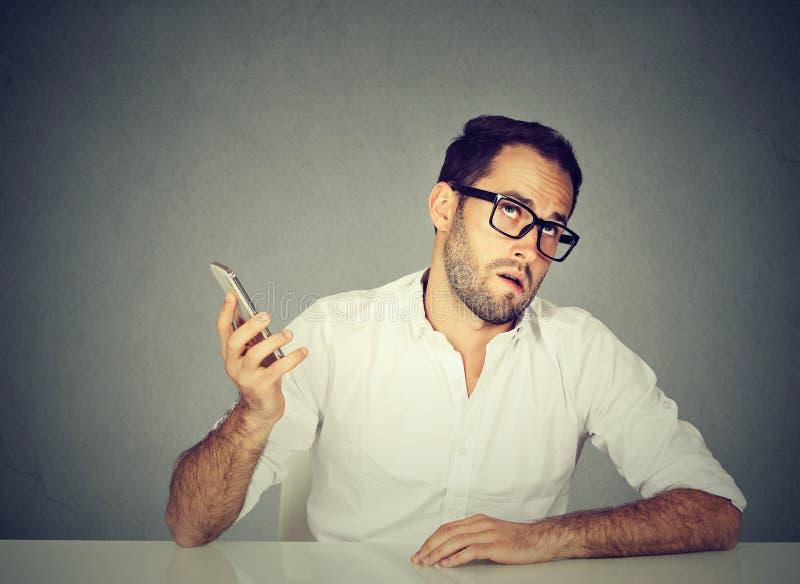 Förargad man med mobiltelefonen Långa väntetider förfärliga konversationer arkivbild