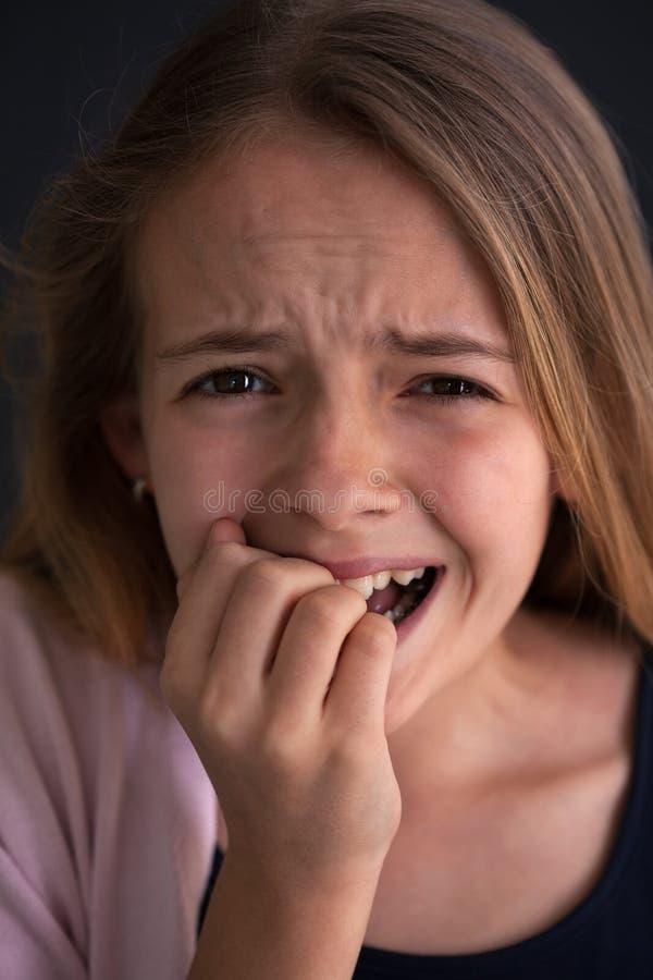 Förargad ung flicka som täcker hennes mun med hennes hand royaltyfria bilder