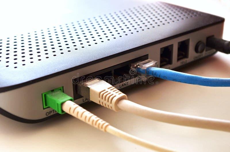 Förband den optiska internet för fiber, nätverkskabel till en router, internetbegreppet, hastighetsprov arkivfoton