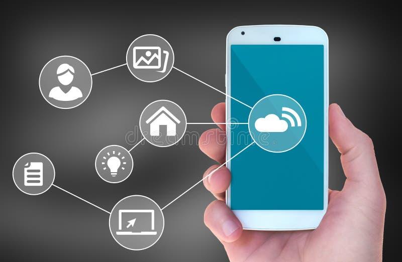 Förband den smarta telefonen för den moderna mobilen till trådlösa automationapps royaltyfri bild