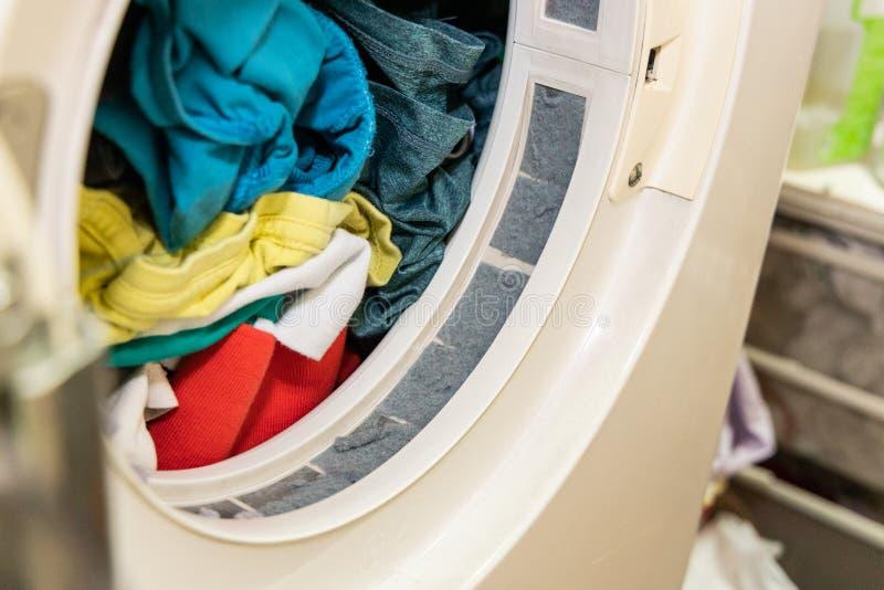 Förbandsgas som fångas i filter av torrare maskin för tvätteri, når att ha torkat royaltyfria foton