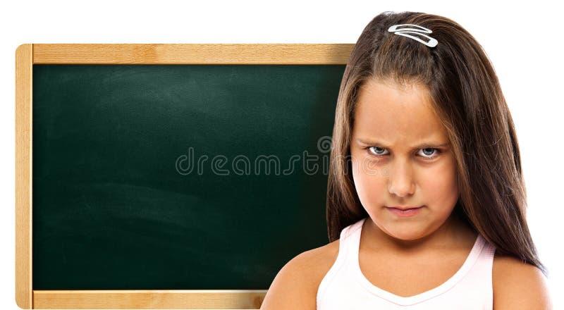 Förbannade barn med en grön tavla arkivfoto