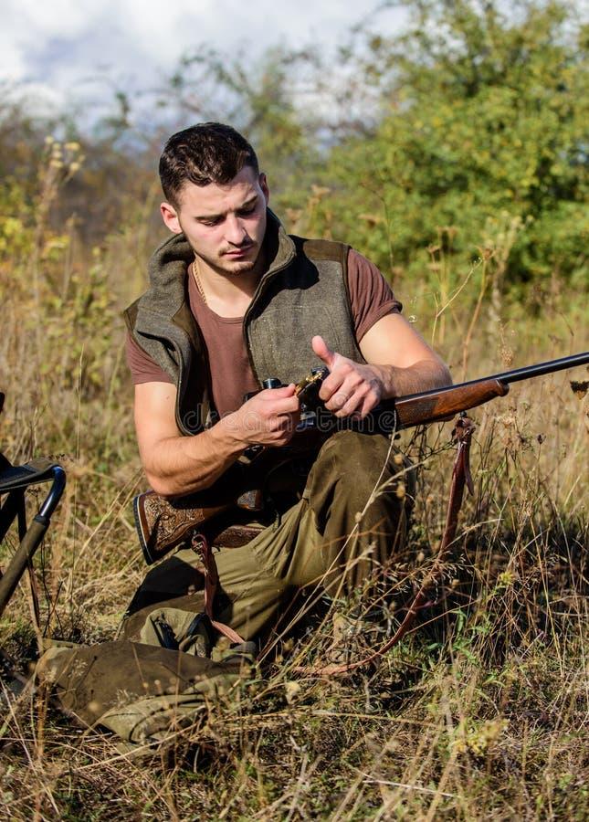 Förbered sig för att jaga Vad du bör ha stund som jagar naturmiljön Ladda upp gevärbegreppet Man med geväret arkivfoton