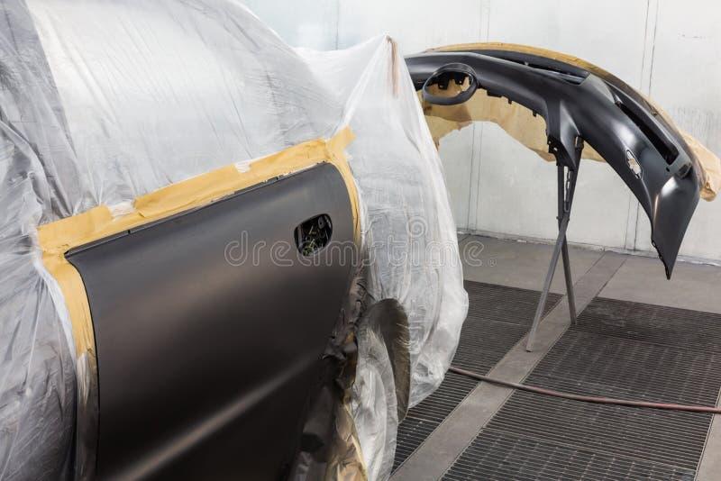 Förbereda bilen och bilstötdämparen för att måla arkivfoto
