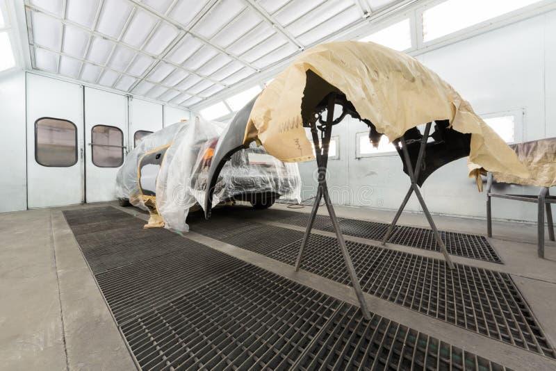 Förbereda bilen och bilstötdämparen för att måla arkivbilder