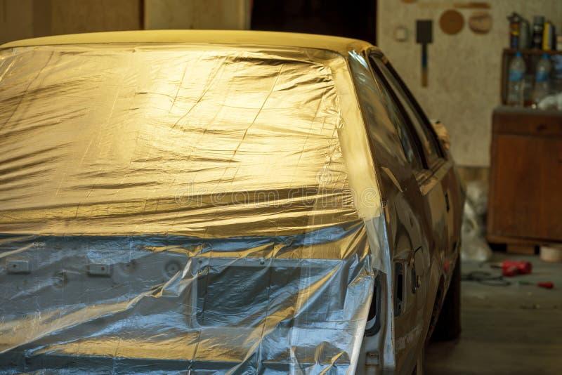 Förbereda bilen och bilstötdämparen för att måla på kropp shoppa royaltyfria foton