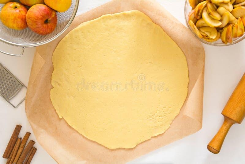 Förbereda den öppen pajen eller galette med äpplen arkivbilder