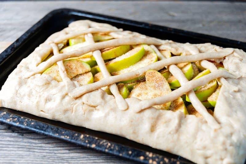 Förbereda den öppen pajen eller galette med äpplen fotografering för bildbyråer